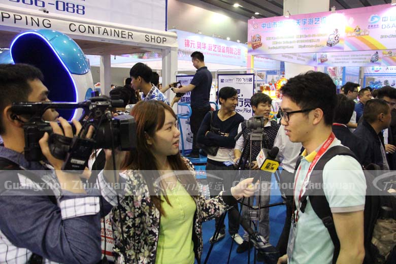 The journalist's focus is Xindy Virtual Reality Machine (2)