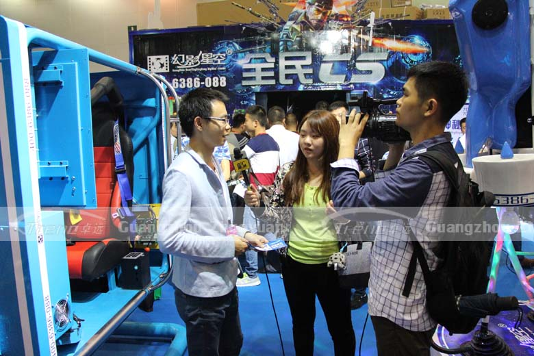 The journalist's focus is Xindy Virtual Reality Machine (3)